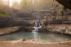 Ponte sopra la cascata, parco di stato delle colline di Hocking, la caverna dell'uomo anziano Fotografia Stock