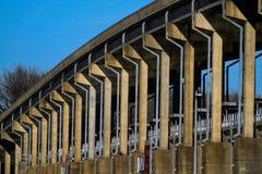 Ponte sopra la diga al parco di Spring Hill immagine stock