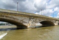 Ponte sopra la senna del fiume a Parigi Francia immagini stock