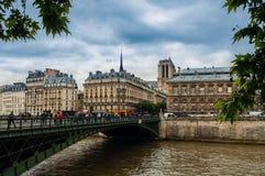 Ponte sopra la Senna e costruzione tipica a Parigi, Francia fotografia stock