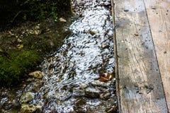 Ponte sopra la torrente montano fotografia stock libera da diritti