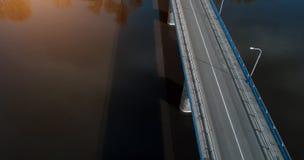Ponte sopra la vista aerea del fiume da sopra il fuco fotografia stock libera da diritti