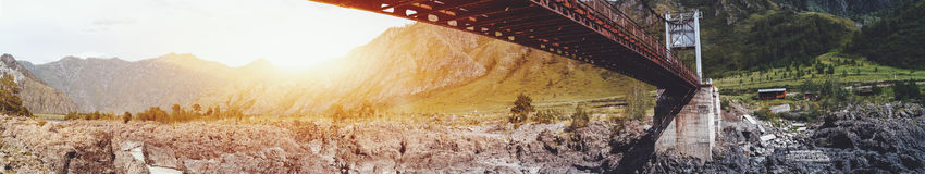 Ponte sopra montagne del fiume di Katun, l'Altai Immagine Stock Libera da Diritti