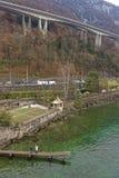 Ponte sopra Montreux ed il lago Lemano in Svizzera nell'inverno Immagini Stock Libere da Diritti