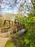 Ponte sopra parco del fiume di Huron, isola, Ann Arbor, Michigan immagine stock