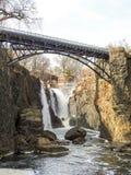 Ponte sopra Paterson Falls in Paterson, NJ Immagine Stock Libera da Diritti