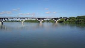 Ponte sopra un ampio fiume 3 archivi video