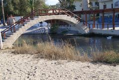 Ponte sopra un fiume in spiaggia di Kalyves, Creta, Grecia Fotografia Stock