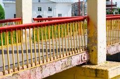 Ponte sopra un piccolo fiume immagini stock