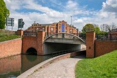 Ponte sopra una sezione ristabilita del canale di Stroudwater, Wallbridge, Stroud della fabbrica di birra di Stroud, immagini stock