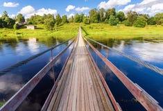 Ponte sospeso attraverso il fiume di Msta in Borovichi Immagini Stock Libere da Diritti