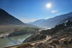 Ponte sospeso attraverso il fiume Indo lungo la strada principale di Karakorum fotografia stock