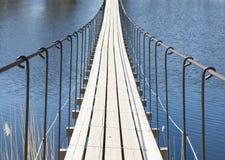 Ponte sospeso attraverso il fiume in un giorno soleggiato Immagine Stock Libera da Diritti