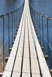 Ponte sospeso attraverso il fiume in un giorno soleggiato Fotografie Stock Libere da Diritti