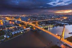 Ponte sospeso di Bhumibol nella penombra Fotografia Stock