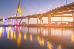 Ponte sospeso di Rama di riflessione della luce notturna sopra Watergate bianco, Bangkok immagine stock libera da diritti