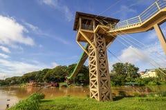 Ponte sospeso dove due raduni del fiume fotografia stock