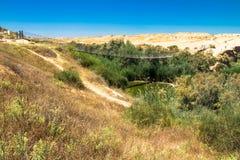 Ponte sospeso e ruscello di Besor nel parco nazionale di Eshkol, deserto di Negev Fotografia Stock