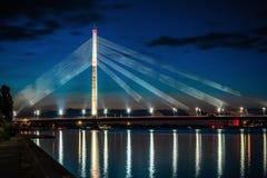 Ponte sospeso a Riga alla notte Fotografia Stock Libera da Diritti
