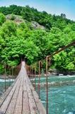 Ponte sospeso sopra gli altopiani del fiume immagini stock