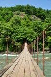Ponte sospeso sopra gli altopiani del fiume fotografia stock libera da diritti