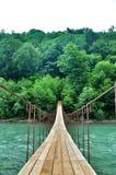 Ponte sospeso sopra gli altopiani del fiume Immagini Stock Libere da Diritti