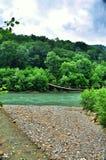 Ponte sospeso sopra gli altopiani del fiume Fotografie Stock