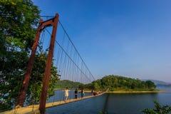 ponte sospeso sopra il fiume alla diga Immagini Stock