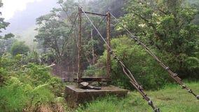 Ponte sospeso sopra il fiume della caldera video d archivio