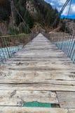 Ponte sospeso sopra il fiume selvaggio fotografia stock libera da diritti