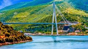 Ponte sospeso sulle colline verdi Fotografia Stock Libera da Diritti