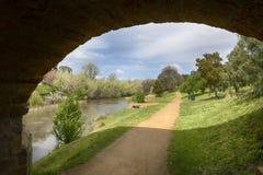 Ponte storico che incornicia una vista pittoresca immagine stock