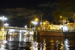 Ponte storico del ponte blu di Blauwbrug a Amsterdam sopra il fiume Amstel fotografia stock libera da diritti