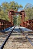 Ponte storico della ferrovia di Tocumwal contro un cielo blu luminoso Immagini Stock