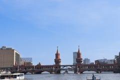 Ponte storico sopra la baldoria del fiume a Berlino immagine stock libera da diritti
