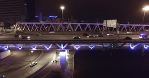 Ponte stradale aereo di notte che passa le automobili stock footage