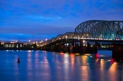 Ponte stradale della basculla sulla notte da uno stato all'altro di I-5 Colombia Portland Fotografia Stock