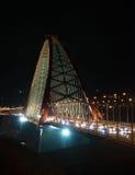 Ponte strallato attraverso l'arco (ponte di Bugrinsky) sopra il fiume Ob'alla notte, a Novosibirsk, la Siberia, Russia fotografie stock libere da diritti