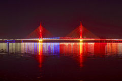 Ponte strallato colorato rosso alla notte Fotografia Stock Libera da Diritti