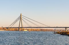 Ponte strallato sopra il Dnieper per le automobili Fotografia Stock