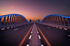 Ponte stupefacente della Dubai VIP di notte Strada privata al corso di corsa di Meydan, Dubai, Emirati Arabi Uniti Immagini Stock Libere da Diritti