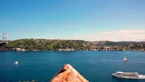 Ponte su Bosphorus che collega la riva europea di Costantinopoli con la riva asiatica su fondo di cielo blu video d archivio