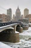 Ponte sulla via di Beregkovskaya nell'inverno Mosca Immagini Stock