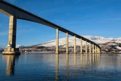 Ponte sulle alte colonne che collegano le isole intorno ai fjors di Tromsø Fotografie Stock Libere da Diritti