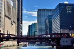 Ponte sulle costruzioni della città e di Chicago River Immagine Stock Libera da Diritti