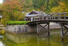 Ponte sullo stagno in giardino giapponese immagine stock libera da diritti
