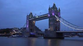 A ponte Timelapse da torre de Londres, carros trafica o Time Lapse de Thames River dos barcos dos navios vídeos de arquivo