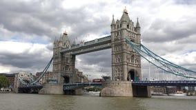 Ponte Timelapse da torre de Londres, opinião de Thames River com navios e cruzeiro dos barcos video estoque