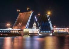Ponte tirada e Kunstkamera do palácio na noite branca, St Petersburg, Rússia fotografia de stock royalty free