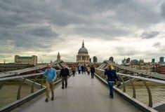 A ponte tr?mulo do mil?nio aka em Londres fotografia de stock royalty free